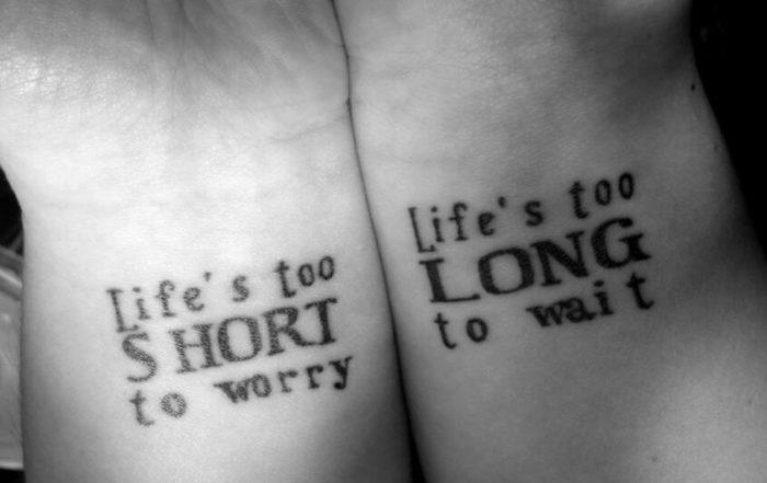 frase famosa tatuata su polsi