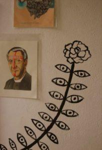 opera e decorazione su muro della mostra alla galleria Zelle
