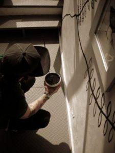 Gurnari mentre dipinge l'allestimento
